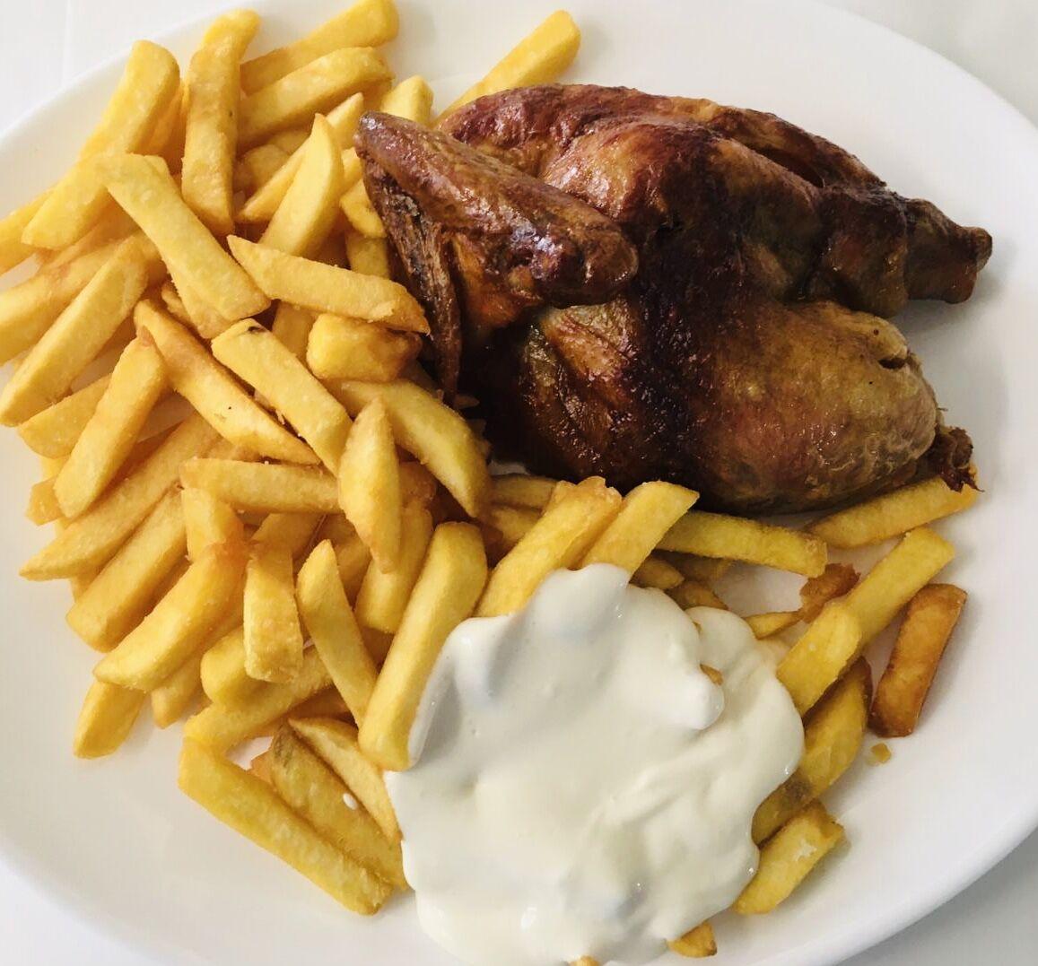 - Knuspriges 1/2 Hähnchen frisch aus dem Grill, mit Pommes & Mayo -