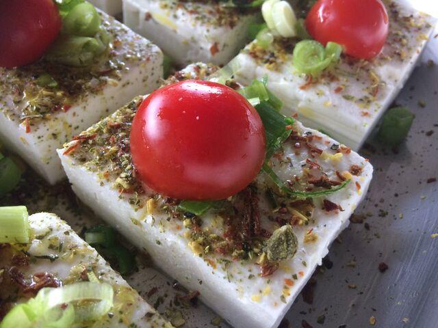 Feta-Käse mediterran gewürzt mit Cocktailtomate garniert. Geht immer....