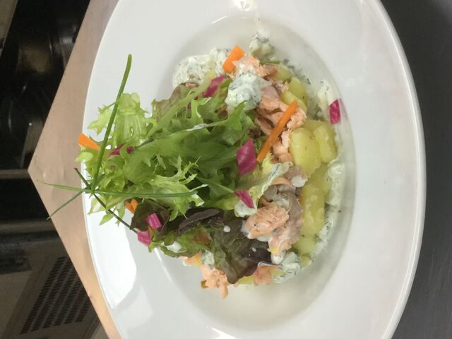 Salade de saumon et pommes de terre, sauce tzatzikis