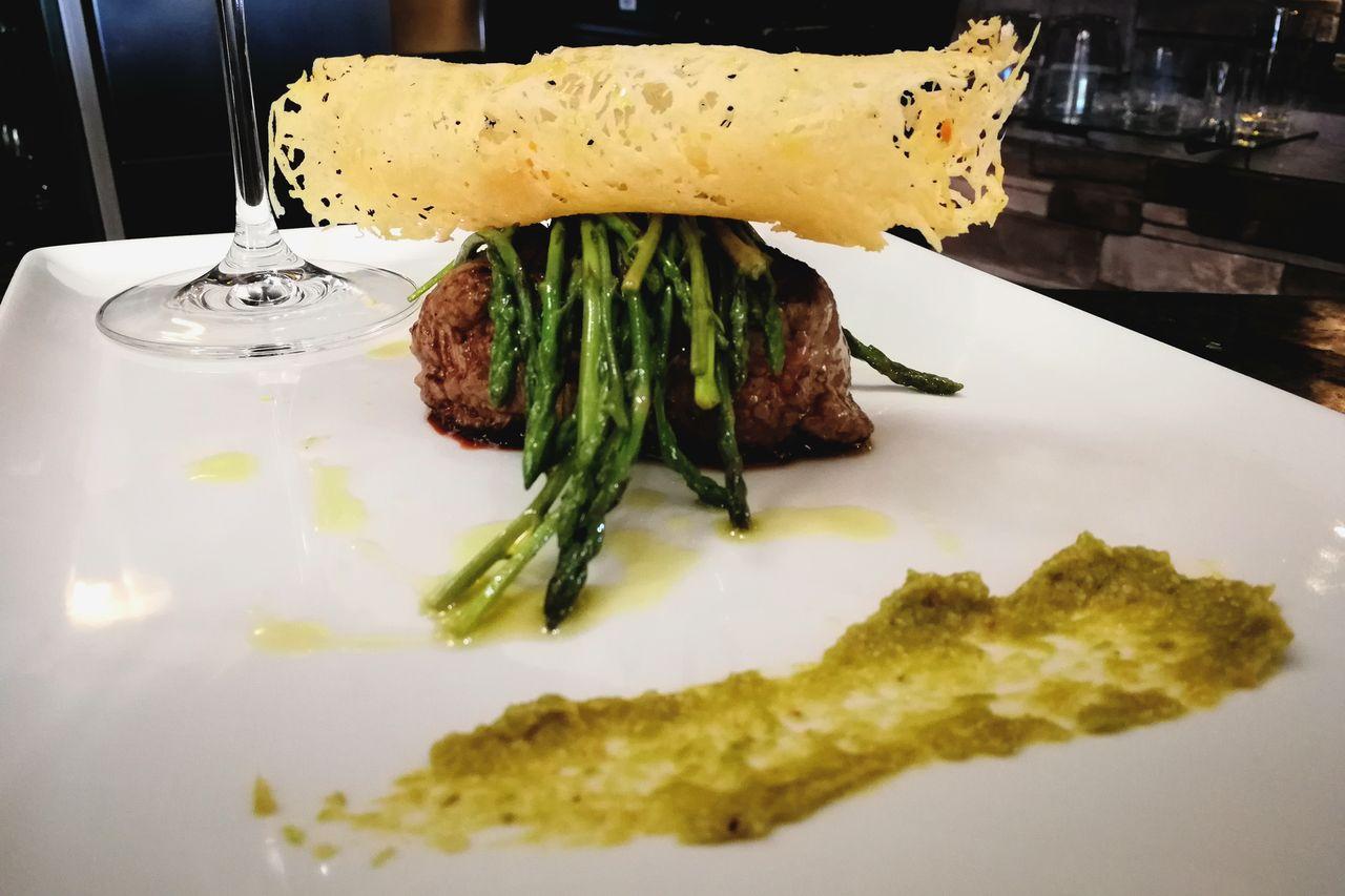 Biftek sa blanširanim šparugama i čipsom od sira