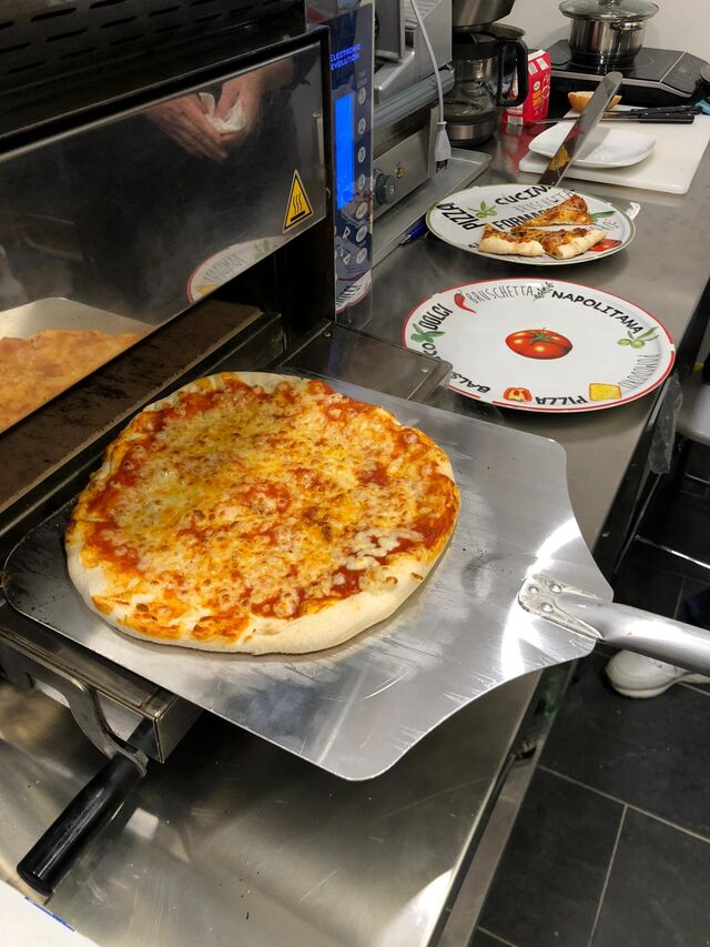 frische Pizza mit selbstgemachten Belägen