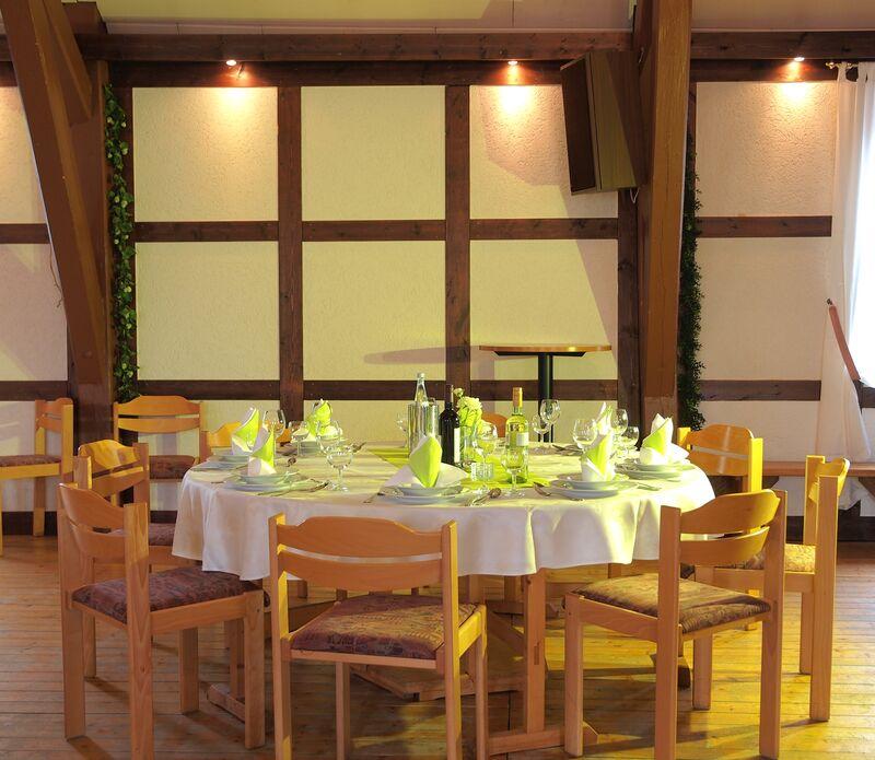 Runder Tisch festlich gedeckt für Ihre Feier