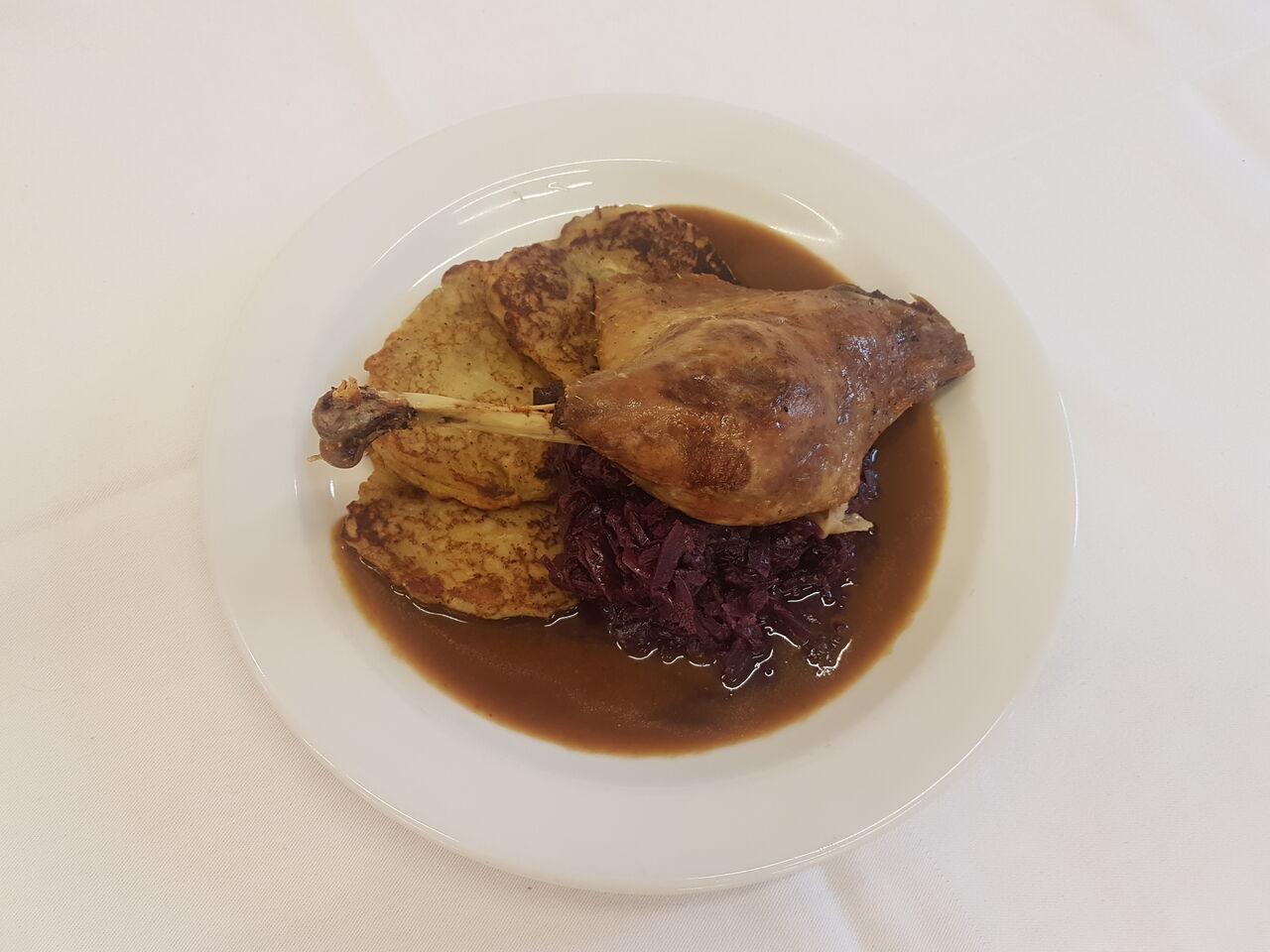 Konfitované kachní stehno s červeným zelím s brusinkami a vínem, bramborové placky