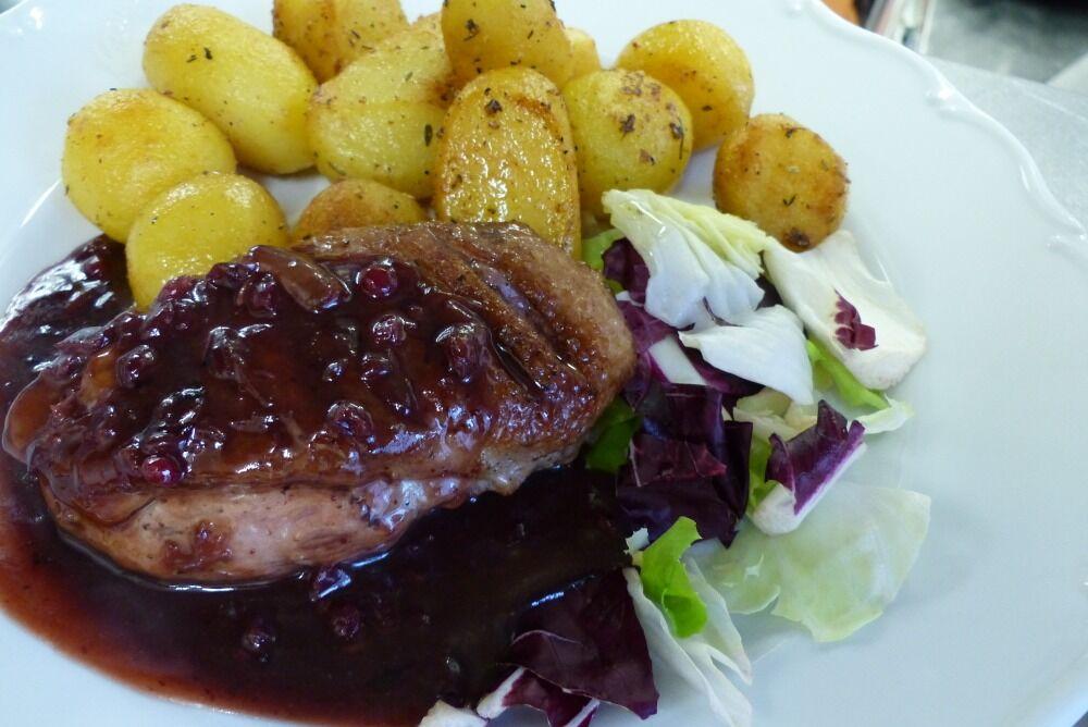 Kachní prso s brusinkovou omáčkou a opečené brambory