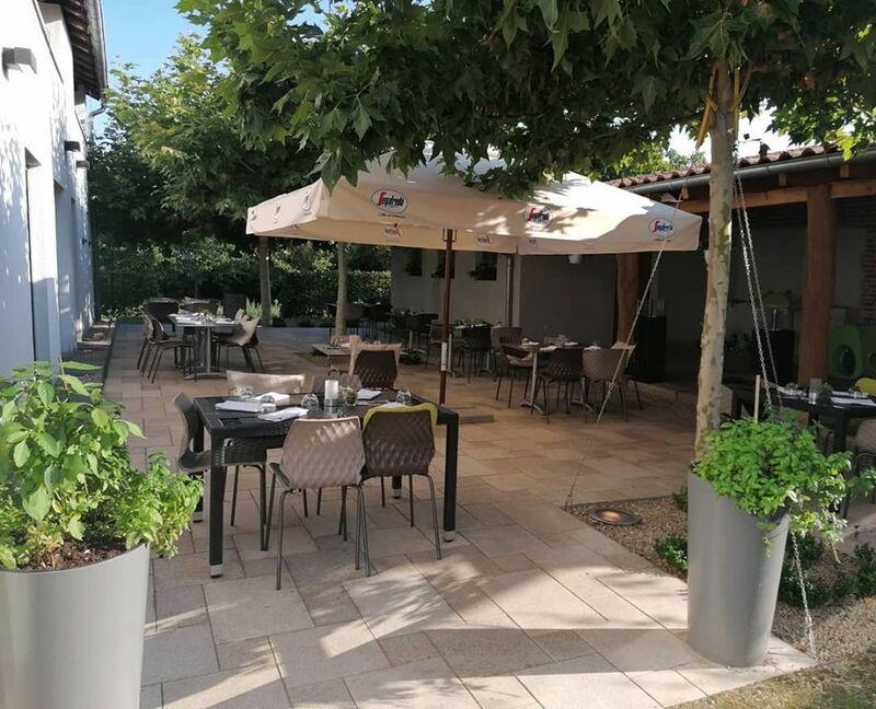 Wir begrüßen Sie in unserem wunderschönen mediterran eingerichteten Innenhof mit angrenzenden Garten :D