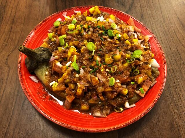 ENSALADANG INIHAW NA TALONG Ensalada de berenjena asada, cebolla, tomate y mango con vinagreta de pasta de gamba