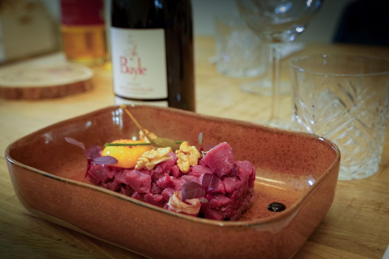 Tartare de Canard du Sud-Ouest à l'huile de noisettes, accompagné d'un vin d'appellation grès de Montpellier, l'As de Bayle 2016