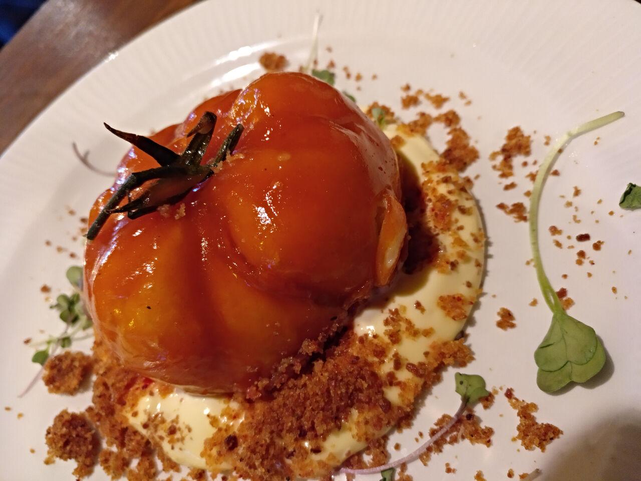 Trampantojo de tomate (Brandada de bacalao con gelatina de piquillos, mahonesa con tierra de frutos secos y sal de jamón)