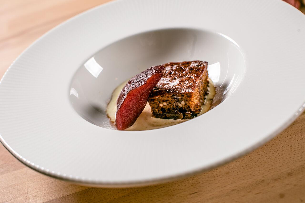 Zimski kolač sa sladoledom od vanilije i kruškom kuhanom u crvenom vinu