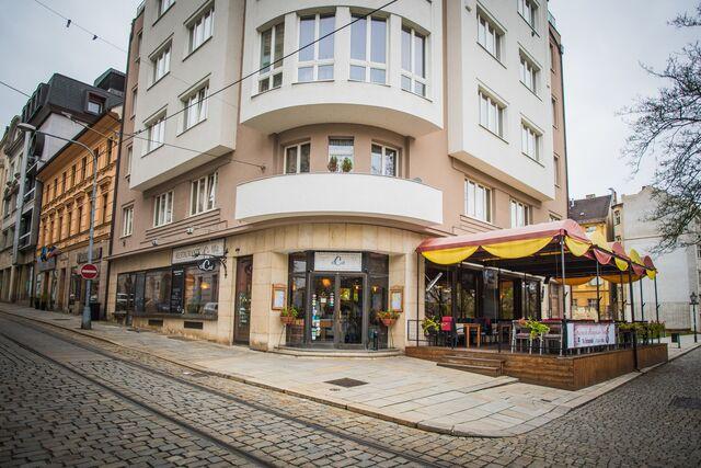 Restaurace se nachází na rohu Zbrojnické ulice a Křižíkových sadů, 100 m od hlavního mástěstí Republika