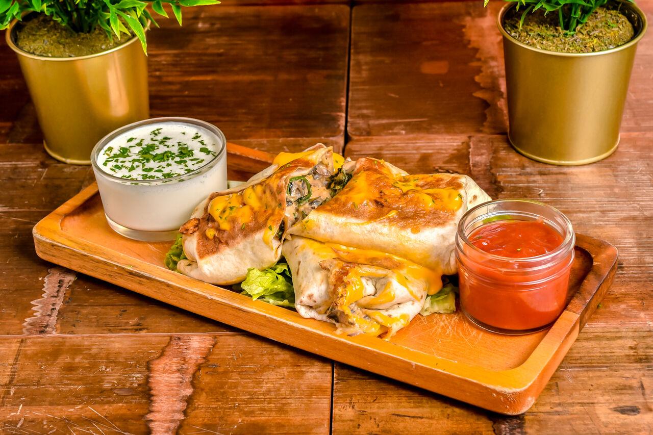 Chimichanga de pollo Svježa piletina sa povrćem i zapečenim sirom u tortlji sa umacima: chedar, salsa, vrhnje Cijena: 40,00 kn