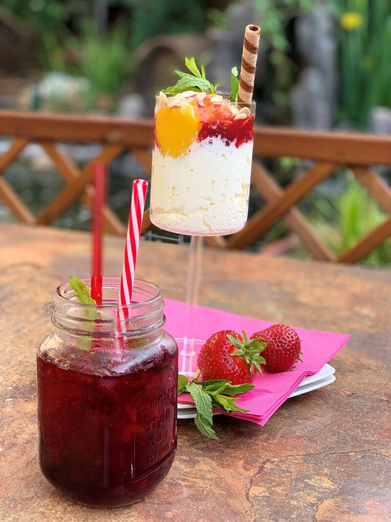 Hausgemachte Waldfrucht-Limonade & fruchtiges Mango-Maracuja-Sorbet auf Sahne mit erfrischender Erdbeersauce & knackigen Mandeln