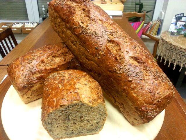 Chleb pełnoziarnisty własnego wypieku z pestkami słonecznika, siemieniem lnianym i czarnuszką