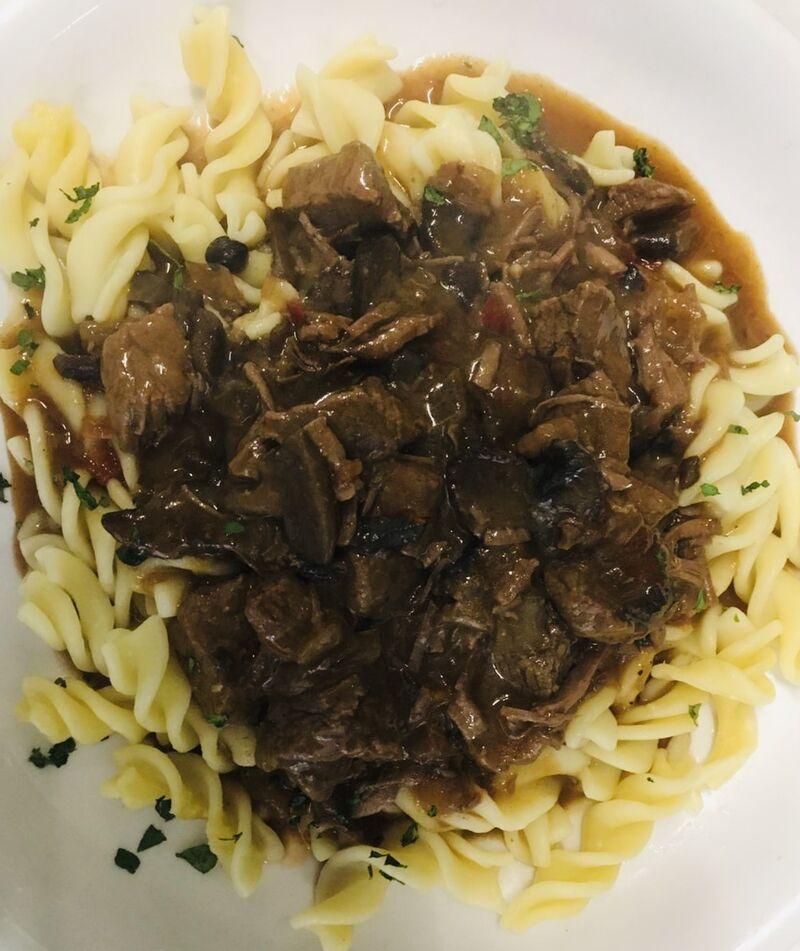 - Rindergulasch mit frischen Champignons, auf Nudeln -