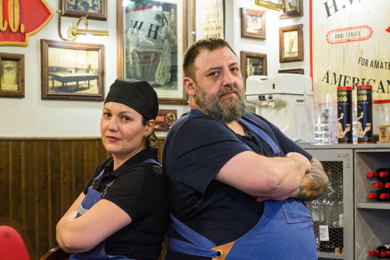 Nuestro cocinero Pedro Quílez y su ayudante Nicoleta Muntanu en