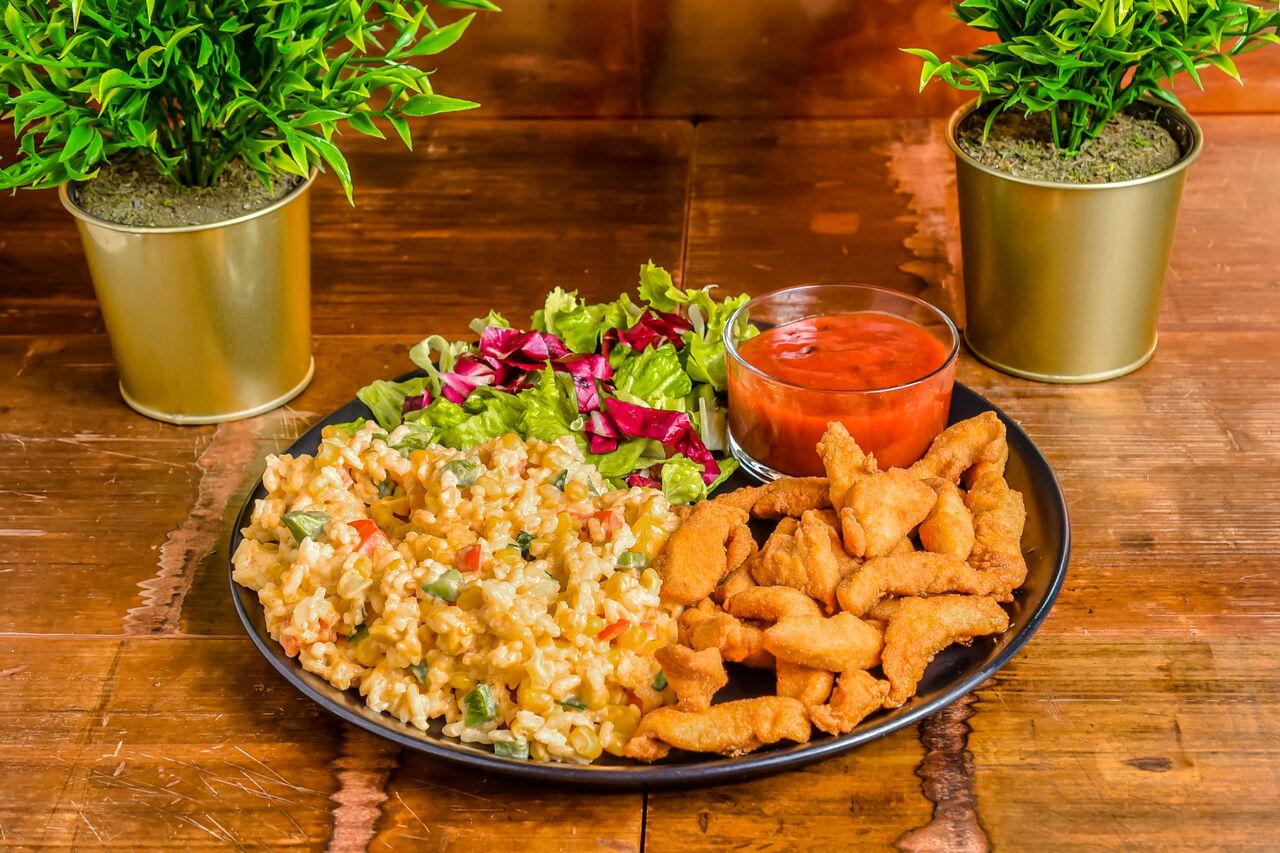 Funky piletina Ukusni komadi svježe pohanog fileja piletine uz rižoto s povrćem i umakom od brusnice. Cijena: 35,00 kn.