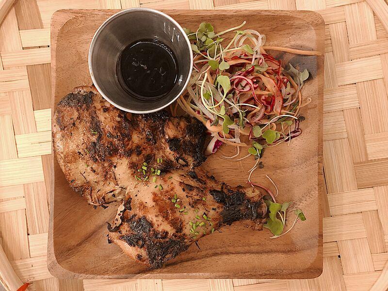 INASAL NA MANOK Muslo de pollo marinado al estilo de la isla de Visayas a la parrilla.