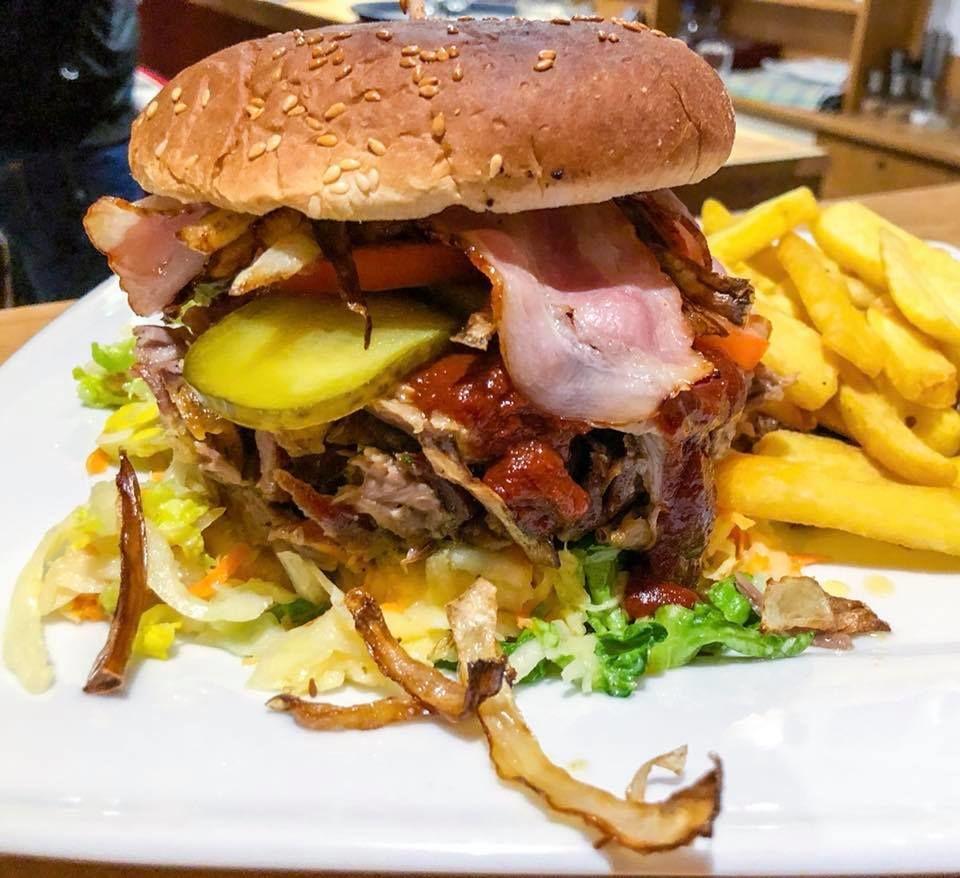 Cheese Burger mit BBQ-Sauce, Röstzwiebeln, Gewürzgurke, Tomate, Coleslawsalat, Jalapenos, Käse & Steakhouse Fries