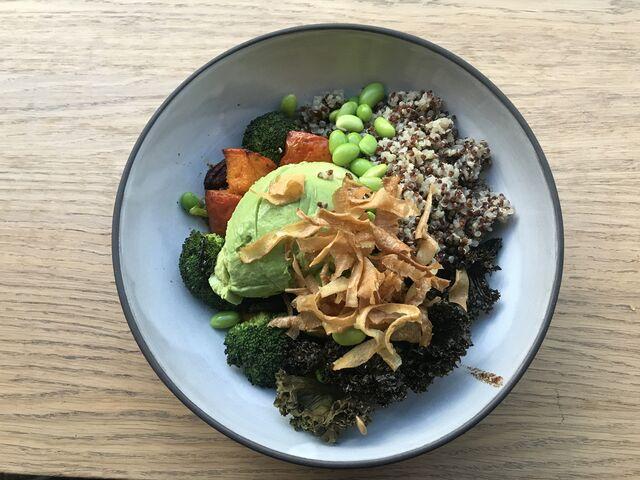 Veggie Bowl mit Quinoa,Lentils Avocado und mariniertem Gemüse auf Salat