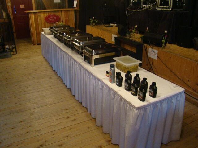 Das Buffet, kurz vor Beginn der Veranstaltung. Roastbeef/Rib Eye Steaks werden hier on point tranchiert