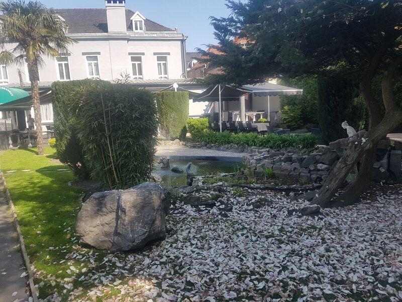Nos extérieurs avec jardin relaxant et terrasse.