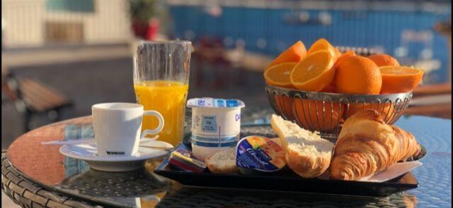 une bonne journée commence par un petit déjeuner face à la mer