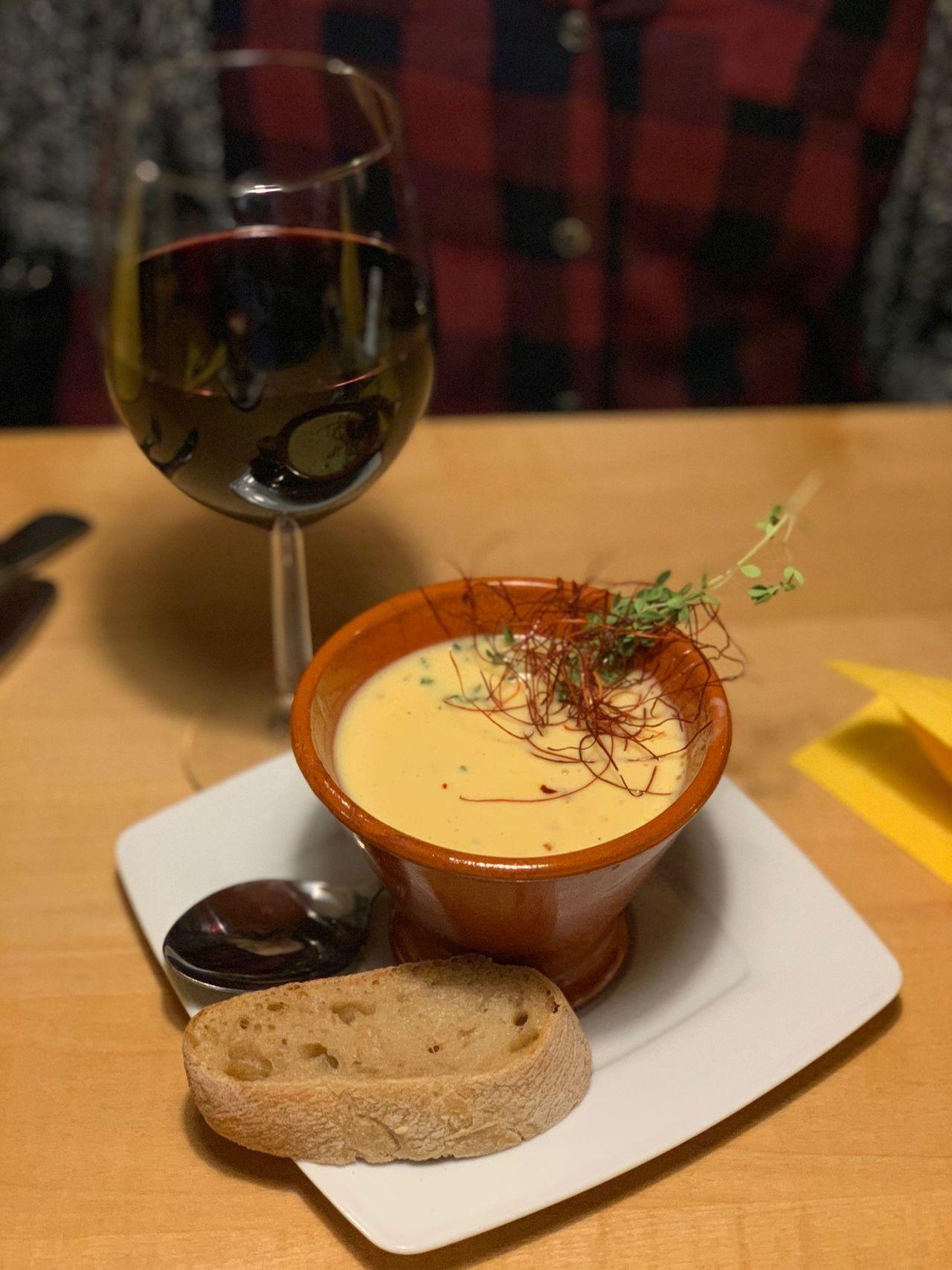 Mexikanische Suppe Chilatole (Maiscremesuppe mit Chili, Knoblauch und Gambafleisch)
