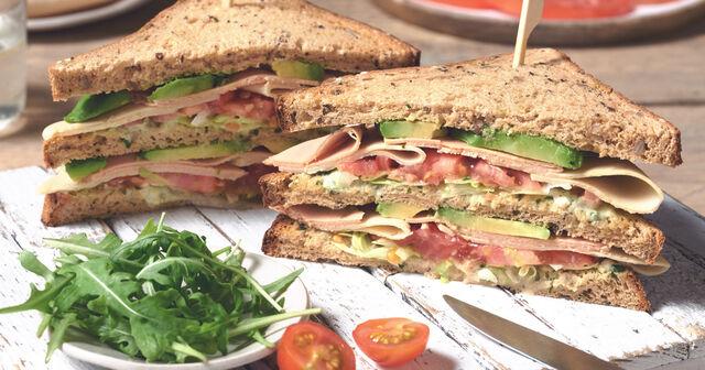 Pastrami Club Sandwich met Zuurkool, Je hoeft niet helemaal naar New York te reizen voor deze Amerikaanse klassieker.