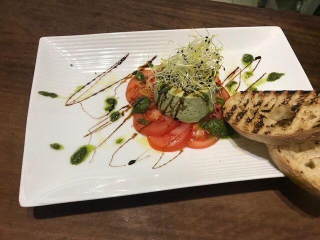 Basilikum-Panna Cotta auf TomatenCarpaccio