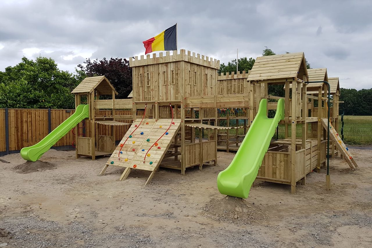 Zomerterras met grote speeltuin