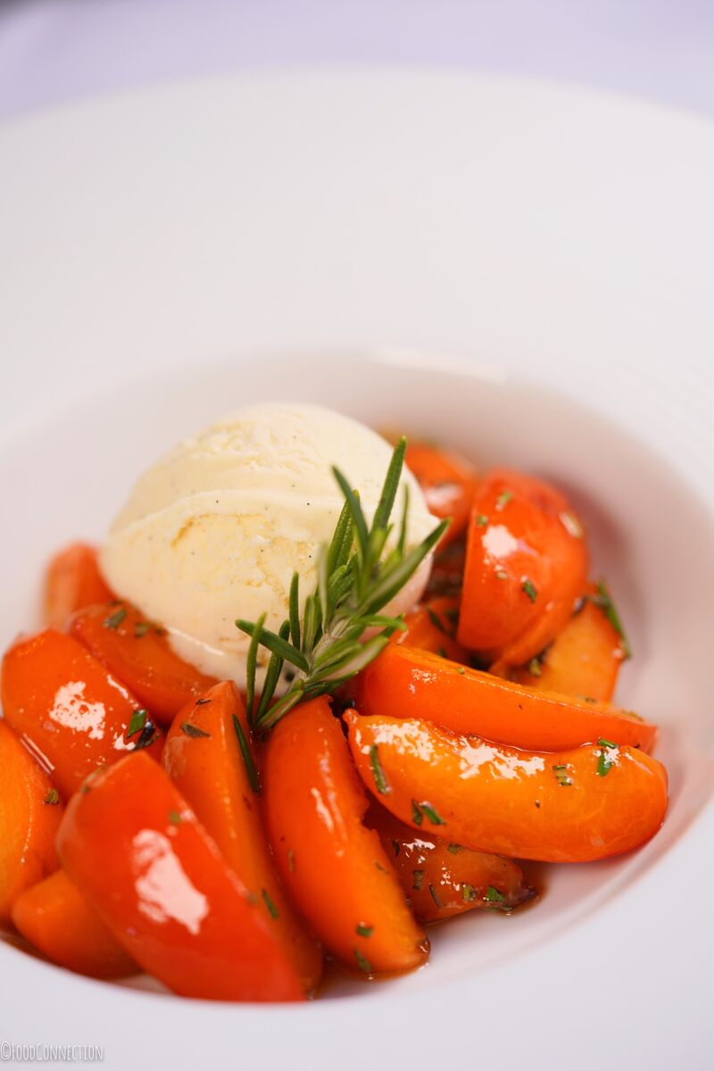 Poêlée d'abricots au romarin, glace vanille