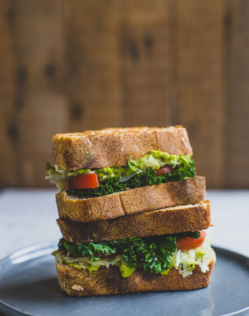 De Groene Dames is een VEGAN broodje. Het broodje is altijd op bruinbrood en belegd met zuurkool, avocado en verse salade.
