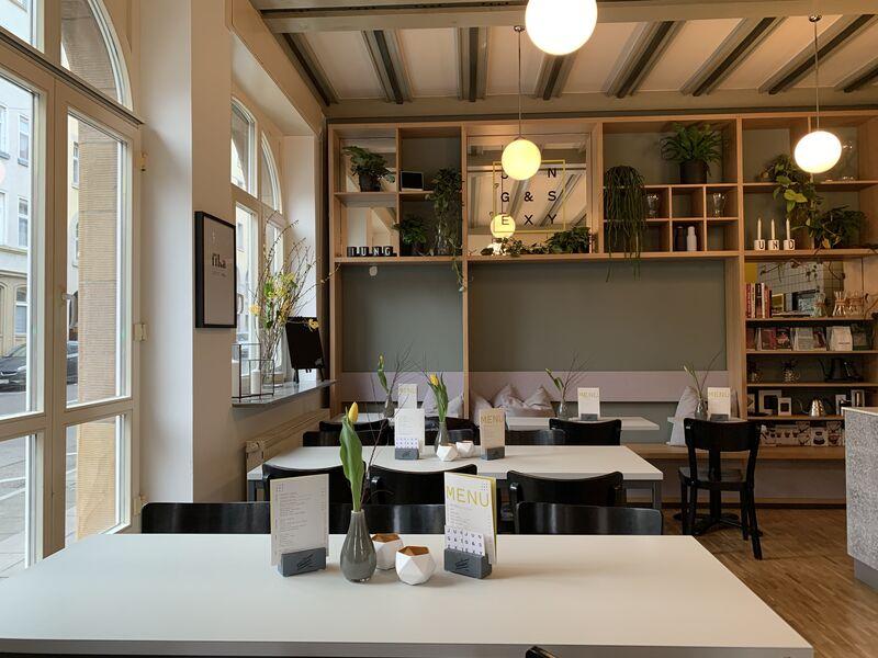 Unser Gastraum mit viel Tageslicht, schöner Deko und genügend Sitzplätzen