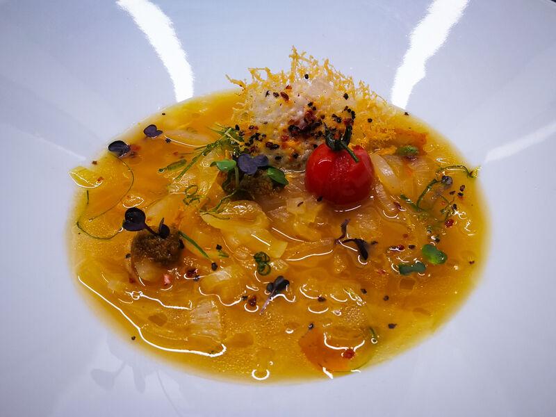 Zwiebelsuppe l Tomate confit l rotes Pesto l Pecorino Chip l Öl von rotem Pfeffer