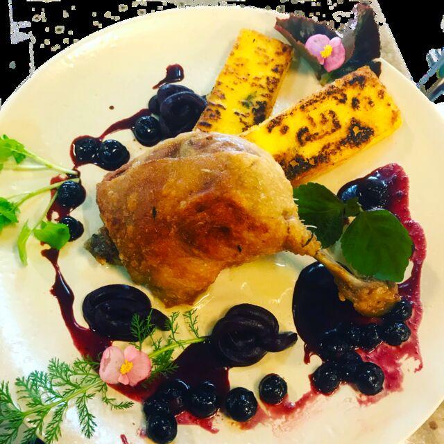 Udo z kaczko confit na sosie z borówki amerykańskiej i czerwonego wina z polentą