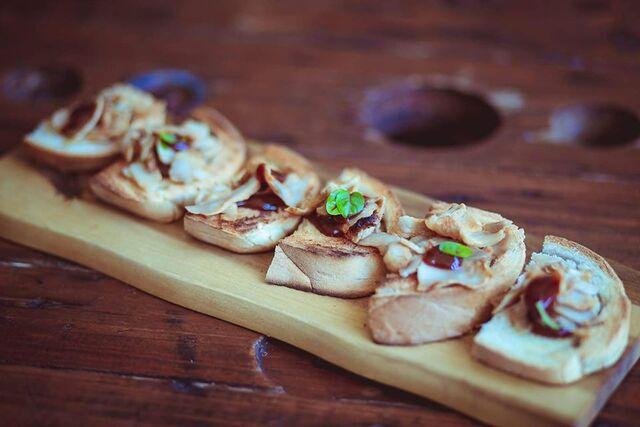TAPAS Piatto tipico della cucina spagnola a base di pane caserrecco tostato, da consumare come aperitivo