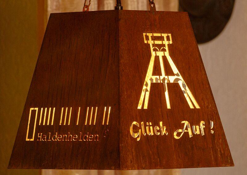 Die Haldenhelden bei uns auch zuhause. Die Lampenschirme sind übrigens hauseigenes Design und wurden gefertigt bei Viefhaus.