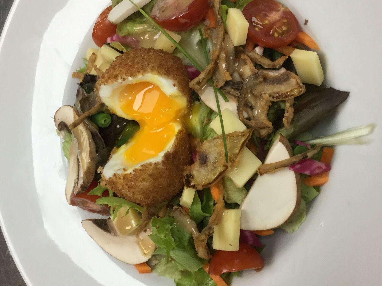 œuf mollet en friture,salade de champignons et oignon frit