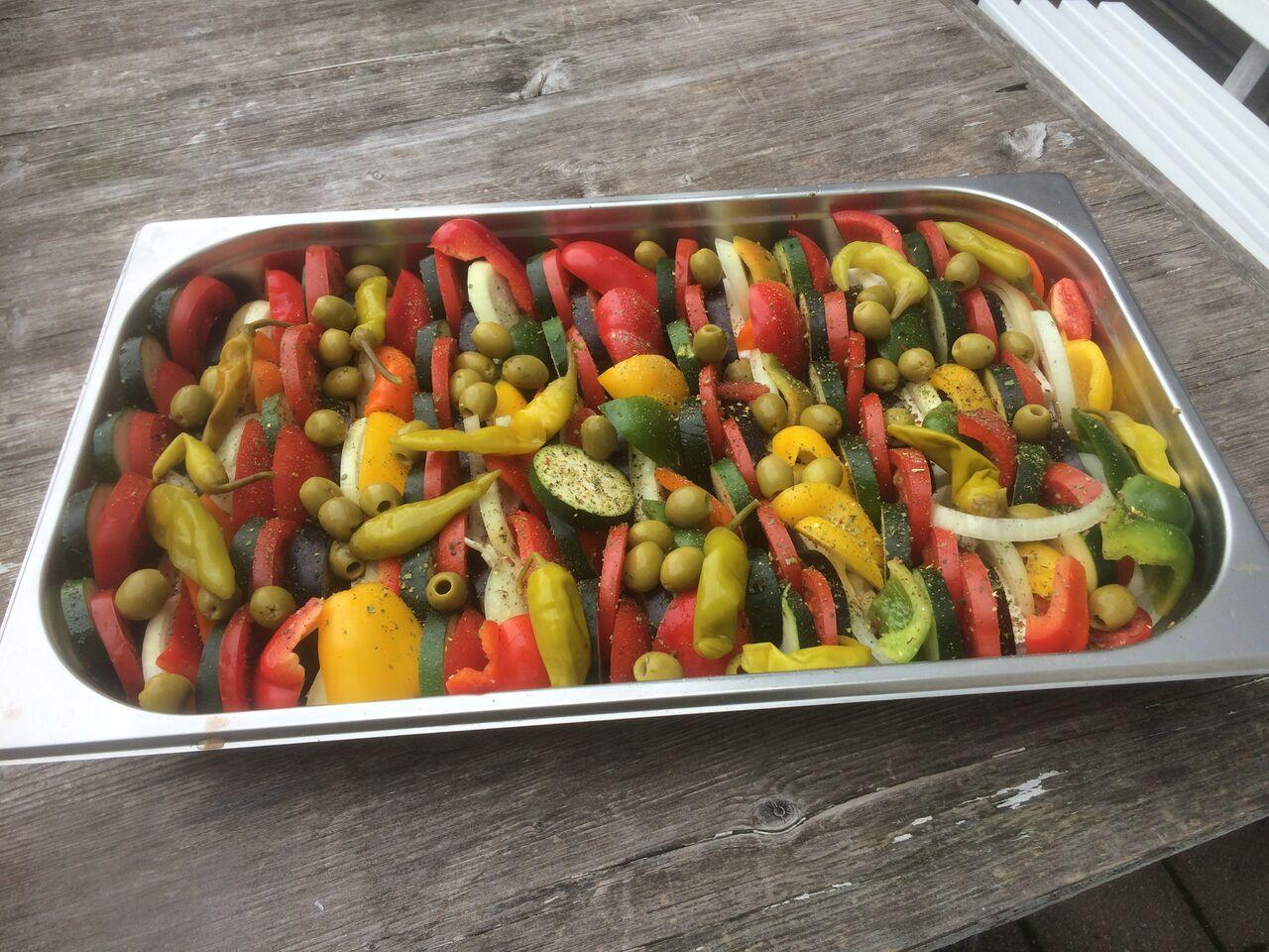 Ofengemüse mit italienischen Kräutern in hochwertigem Olivenöl, mit Oliven und Pepperoni. Auch mit Fetakäse möglich.
