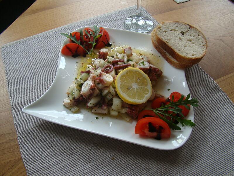 Feiner Salat vom Pulpo mit Zwiebeln und Olivenöl. Frisches Baguette dazu....😋😋