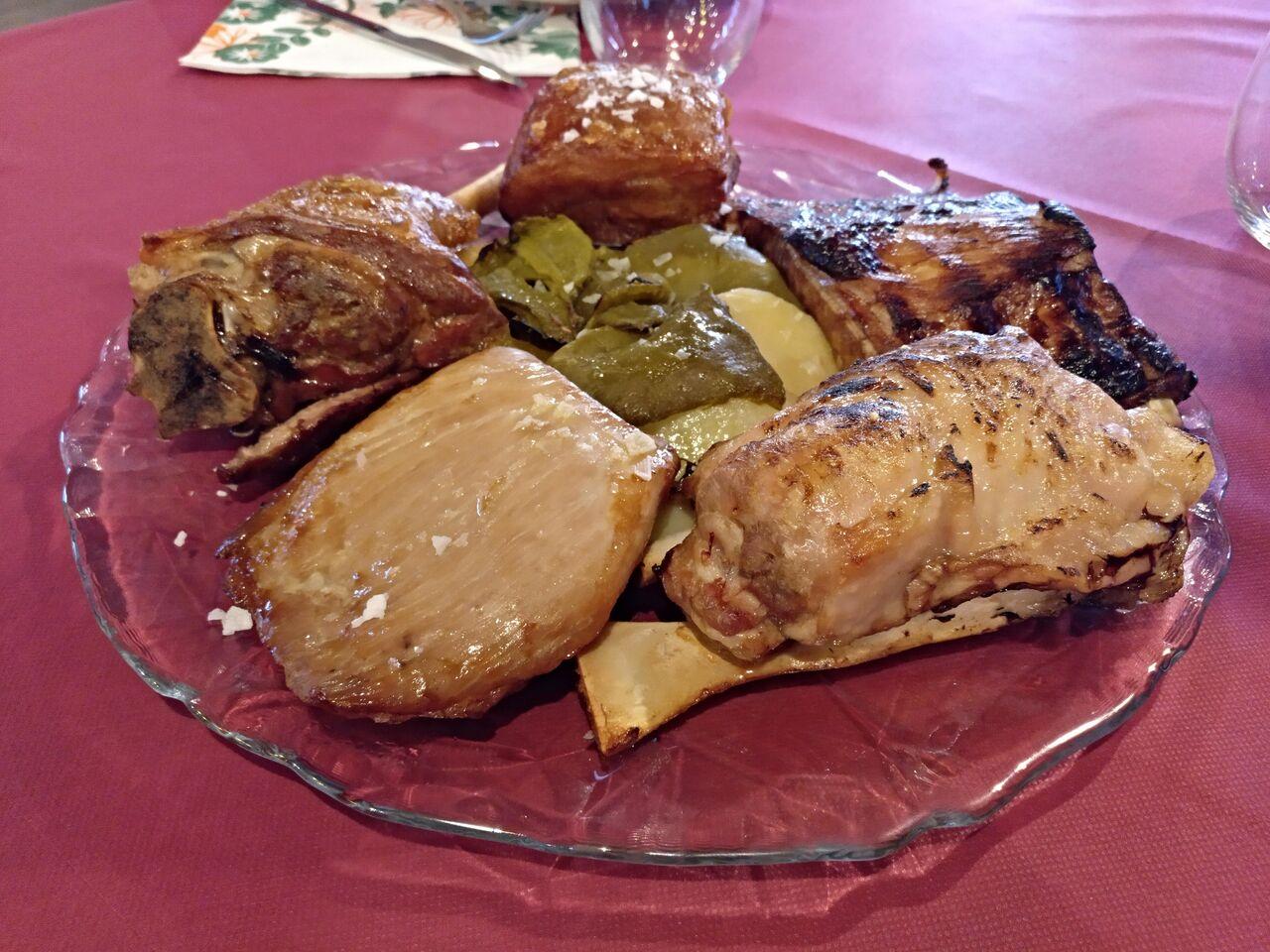 Centro de carnes asadas a baja temperatura (jarrete de cordero, panceta, secreto, costillar barbacoa y codillo)