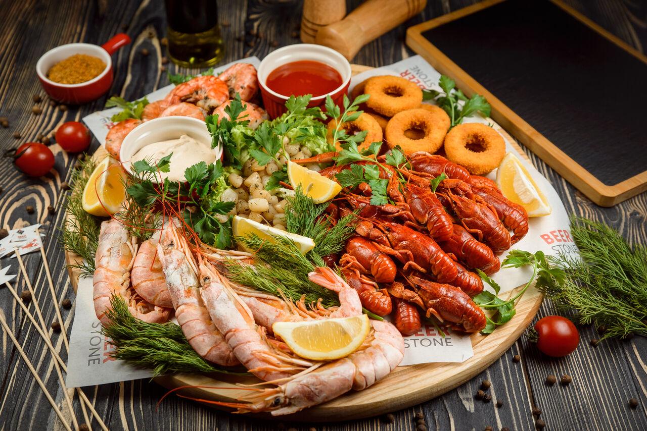 ДОШКА BEERSTONE: аргентинські креветки, раки, морські гребінці, кільця кальмара, тигрові креветки. вага: 1,8 кг ціна: 1200 грн