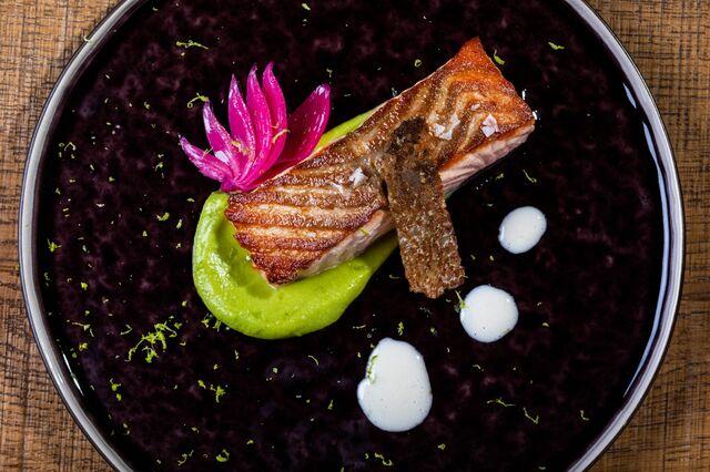 Salmón a la sartén con crema de aguacate y ajos asados