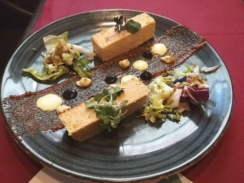 Pastel de cabracho con pesto rojo, alioli de azafrán y de chipirón
