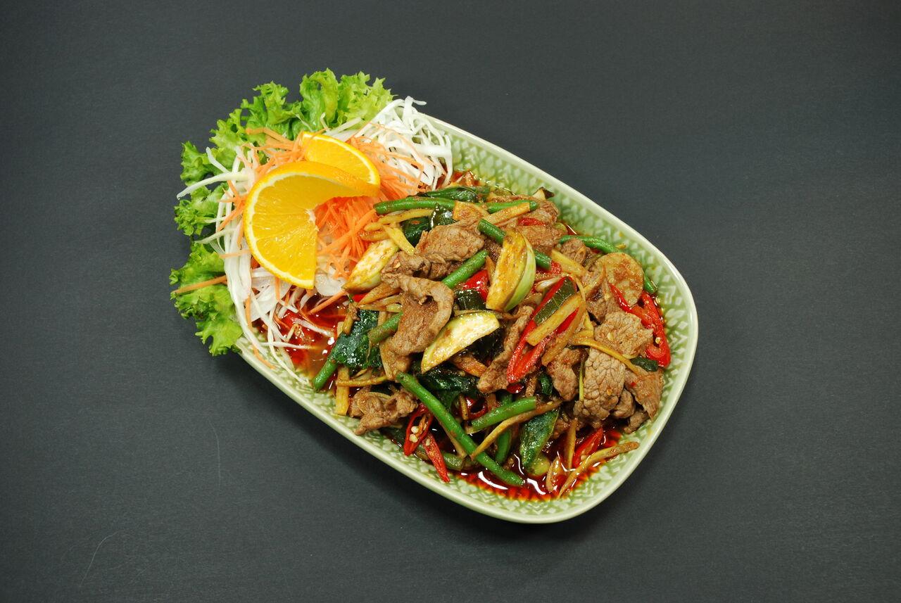 Phad Chaa Nüa Rindfleisch in trockenem Curry