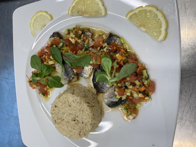 Filet de sardine et Brunoise de légumes de saison d'un menu du jour sauce vierge