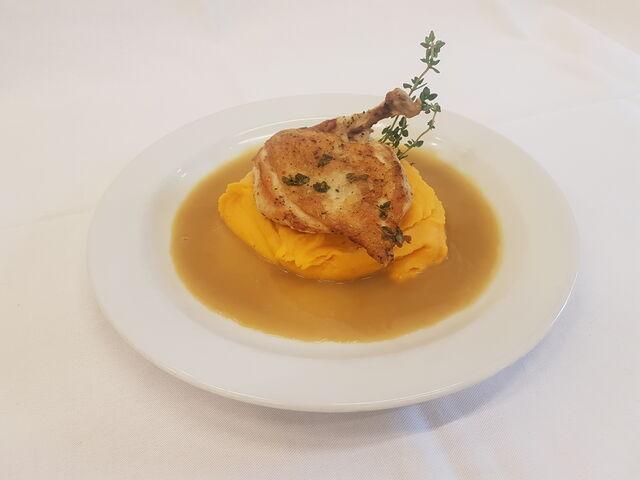 Pečené kuřecí prso supreme s bramborovo-karotkovým pyré a tymiánovou omáčkou