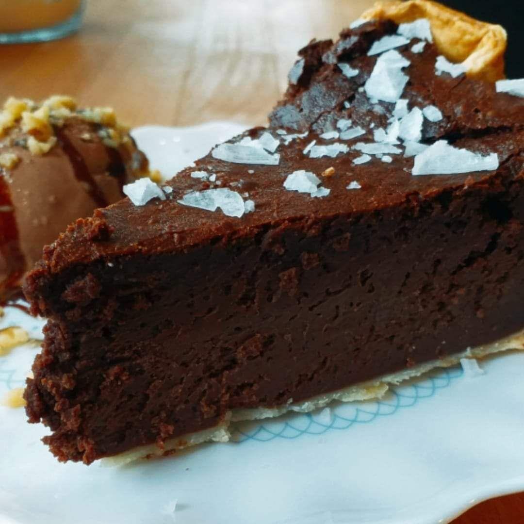 Tarta de chocolate con escamas de sal