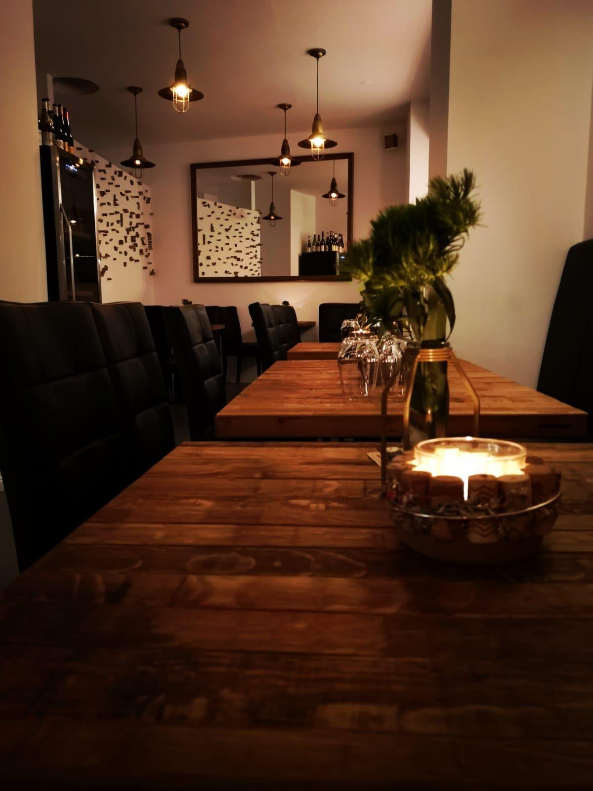 Unsere wunderschönen Tische im Laden gefertigt aus alten Weinfässer