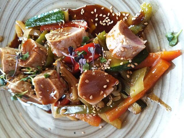 Solomillitos de atún braseados con hortalizas frescas, brotes de soja y salsa teriyaki